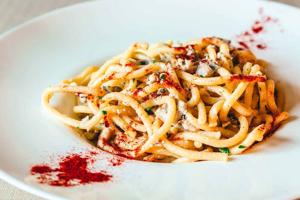 Bigoli con le sarde all'aglio olio e peperoncino e profumo di paprika